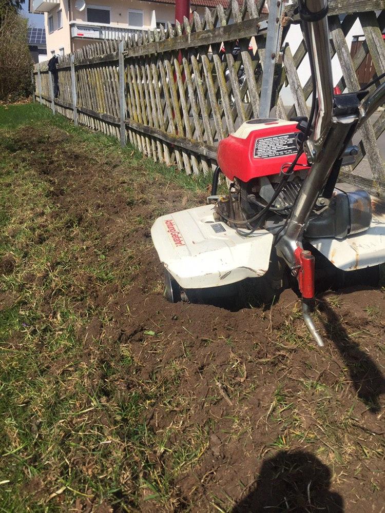 Bodenfräse im Einsatz (Vorgang sollte im abstand von zwei Wochen mindestens zweimal durchgeführt werden)